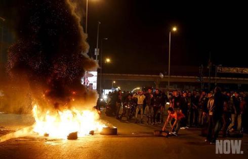 Manifestanti sunniti protestano la settimana scorsa contro l'assedio di Arsal.